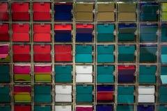 Een blik door venster van het wegknippen van kleurrijke plaatcontrole door comp Royalty-vrije Stock Afbeeldingen
