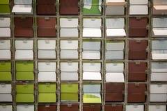 Een blik door venster van het wegknippen van kleurrijke plaatcontrole door comp Stock Afbeelding