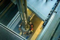 Een blik onderaan de platformniveaus in Berlin Hauptbahnhof Royalty-vrije Stock Foto's
