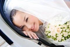 Een blik van de gelukkige bruid Stock Afbeeldingen