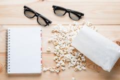Een blocnote voor ingangen, een paar 3d glazen en zoute popcorn  Royalty-vrije Stock Fotografie