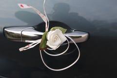 Een bloem op een deurhandvat royalty-vrije stock afbeeldingen