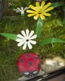 Een bloem van een plastic fles Lieveheersbeestje van steen wordt gemaakt die De decoratie voor de tuin doet het zelf Hergebruiksp royalty-vrije stock fotografie