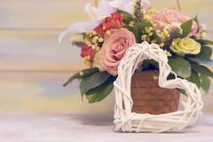 Een bloemmand tegen houten achtergrond Royalty-vrije Stock Afbeelding