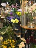 Een bloemwinkel in stad Stock Foto's
