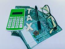 Een blok van brievenbelasting met een calculatorpen en bril royalty-vrije stock afbeeldingen