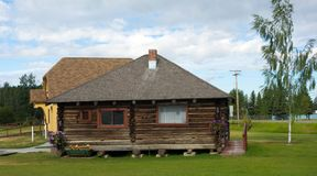 Een blokhuis op een welkom hetend centrum in noordelijk Canada Stock Foto