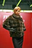 Een blonde vrouw in een bontjas royalty-vrije stock afbeelding