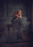 Een blondemeisje in een luxueuze blauwe kleding Royalty-vrije Stock Afbeelding