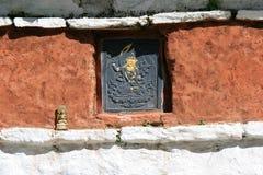 Een Boeddhistisch beeldje werd geplaatst op de muur van een tempel dichtbij Thimphu (Bhutan) royalty-vrije stock foto