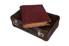 Een boek bovenop oude koffer Stock Foto