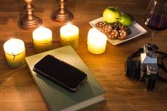 Een boek en brandende kaarsen Royalty-vrije Stock Foto's