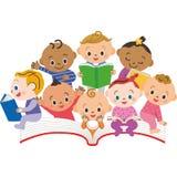 Een boek en een baby Stock Foto