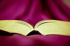 Een boek van romantische en zoete gedichten stock afbeeldingen