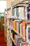 Een boekenrek in een bibliotheek Stock Afbeeldingen