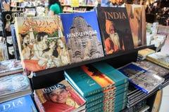 Een boekenrek op de teller van een boekhandel De reisgids van India Kamasutra stock afbeelding