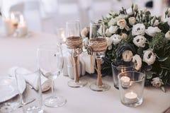 Een boeket van bloemen en glazen bij de huwelijksviering Royalty-vrije Stock Foto's