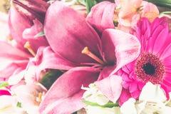 Een boeket van bloemen van een lelie, een gerbera, witte rozen en een alstroemeria op een witte houten lijst Een vakantie, een gi Stock Foto's