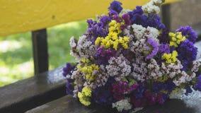 Een boeket van bloemen op de bank stock afbeeldingen