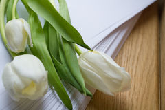 Een boeket van bloemen op de lijst in het bureau Stock Foto's
