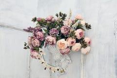 Een boeket van bloemen op de muur in de witte ruimte Royalty-vrije Stock Fotografie