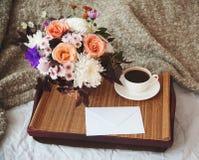 Een boeket van bloemen op een dienblad Stock Foto's