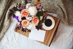 Een boeket van bloemen op een dienblad Royalty-vrije Stock Afbeeldingen