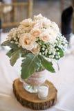 Een boeket van bloemen op een lijst stock foto