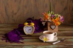 Een boeket van fresia's en een kop van koffie royalty-vrije stock foto's
