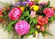 Een boeket van kleurrijke bloemen Stock Afbeeldingen