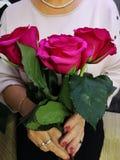 Een boeket van mooie rode rozen stock foto