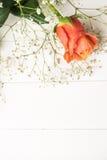 Een boeket van oranje rozen en gypsophila op houten lijst Exemplaar s Stock Afbeeldingen