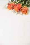 Een boeket van oranje rozen en gypsophila op houten lijst Exemplaar s Royalty-vrije Stock Fotografie