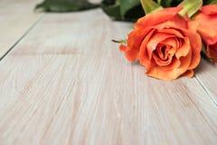 Een boeket van oranje rozen op houten lijst De ruimte van het exemplaar Stock Afbeelding