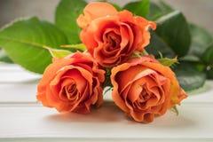 Een boeket van oranje rozen op houten lijst De ruimte van het exemplaar Royalty-vrije Stock Fotografie