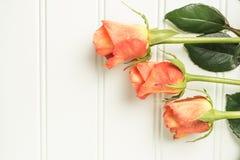 Een boeket van oranje rozen op houten lijst De ruimte van het exemplaar Stock Afbeeldingen