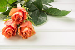 Een boeket van oranje rozen op houten lijst De ruimte van het exemplaar Royalty-vrije Stock Afbeelding