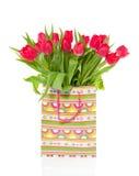 Een boeket van rode tulpen in een zak Royalty-vrije Stock Afbeeldingen