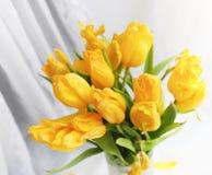 Een boeket van rode tulpen in een vaas op de vensterbank Een gift voor Royalty-vrije Stock Foto