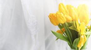 Een boeket van rode tulpen in een vaas op de vensterbank Een gift voor Stock Afbeelding