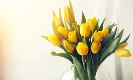 Een boeket van rode tulpen in een vaas op de vensterbank Een gift voor Royalty-vrije Stock Fotografie