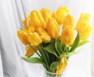 Een boeket van rode tulpen in een vaas op de vensterbank Een gift voor Stock Afbeeldingen