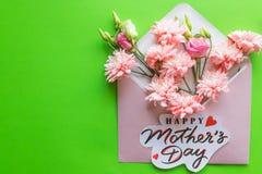 Een boeket van roze bloemen, lisianthus, chrysant op een groene achtergrond Gelukkige de dagkaart van de Moeder `s De kaart van d royalty-vrije stock afbeelding