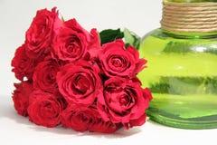 Een boeket van rozen en groene vaas stock afbeeldingen