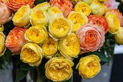 Een boeket van rozen van exotische multikleuren Kameleonbloemen met gekleurde bloemblaadjes bij de randen De markt van de bloem Royalty-vrije Stock Foto's