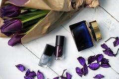 Een boeket van tulpen en purper nagellak: gelukwensen, 8 Maart Internationale Vrouwen` s Dag, 14 de Dag van Februari Valentine `  Royalty-vrije Stock Afbeelding