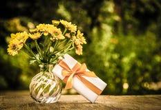 Een boeket van wildflowers en een kleine giftdoos Een romantische gift Het uitstekende kleuren Royalty-vrije Stock Foto