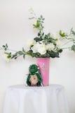 Een boeket van witte rozen in een vaas Stock Foto