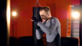 Een bokser in langzame motie herhaalt zijn jabs en kapsneden stock footage