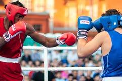 Een bokswedstrijd tussen de winnaar van het Wereldbeker 2014 jaar in het in dozen doen Yordan Hernandes, Cuba, en Daniel Khlebnik Royalty-vrije Stock Afbeeldingen